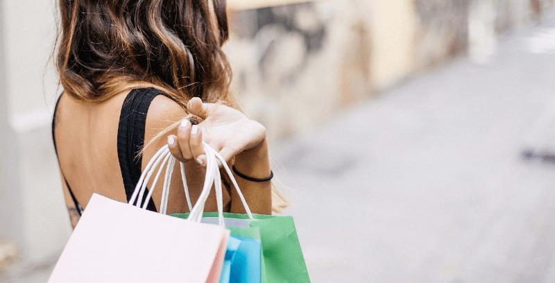 ショッピングをする女性の後姿