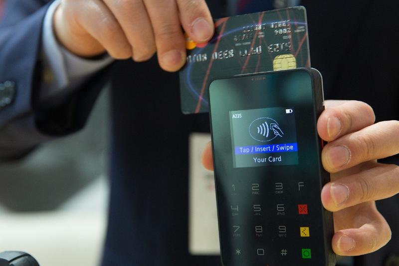 デビットカードってどうやって使うの?メリットやデメリット、おすすめのカード3券種を紹介