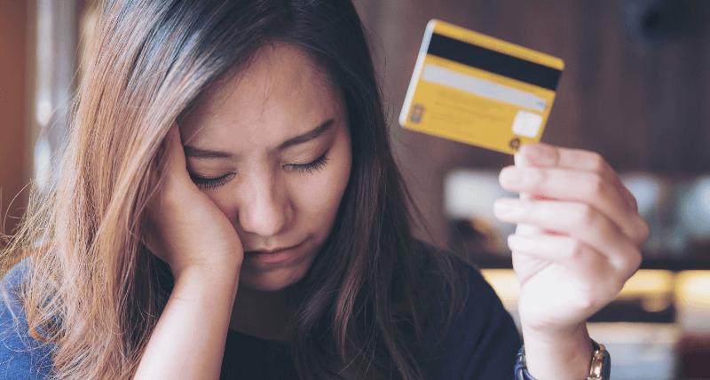 クレジットカードも持って悩む女性