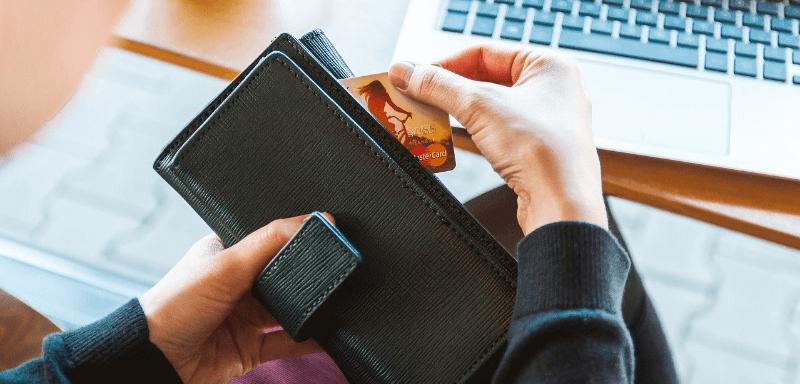 お財布からクレジットカードを出す