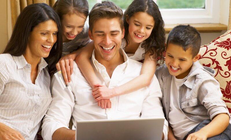 家族でインターネットを楽しむ様子